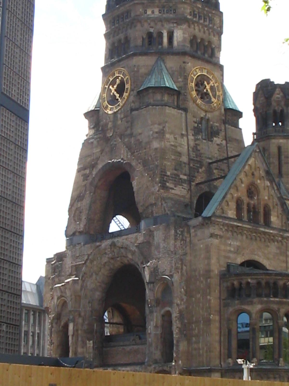 Torre de la iglesia destruida en la guerra, Berlin